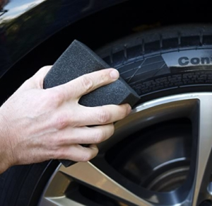 Reifenpflege mit Schwamm