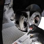 Bremssattel mit Bremsenreiniger reinigen